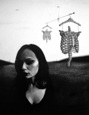 Portrait Frau Skelett Surrealismus Kleiderbügel Horror (839x1080) brillenschnitzel